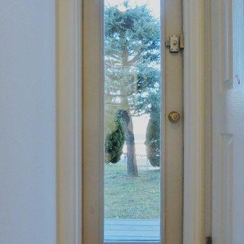 廊下の突き当りにあるドアは…