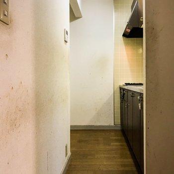 【工事前】キッチンスペース。手前に冷蔵庫、奥に食器棚が置けそうです。