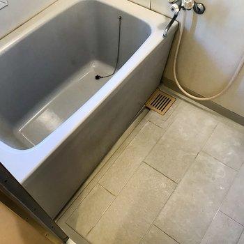 【工事前】浴室はクロスと水栓部分を取り替えて清潔に