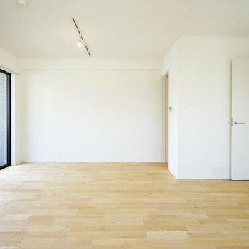 ※写真はイメージ※床材は白っぽいバーチ材に