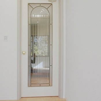 リビングから玄関へと向かう扉。素敵なデザイン。