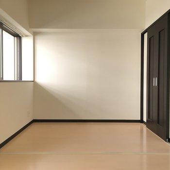 リビング隣のお部屋はこちら。(※こちらは清掃前の写真です)