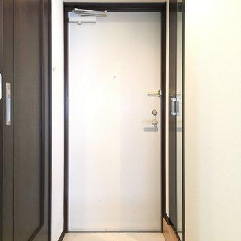 玄関。シューズボックスの扉には姿見つき。(※こちらは清掃前の写真です)