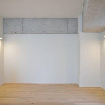 反対側の壁はコンクリート剥き出し。※写真は403号室のもの