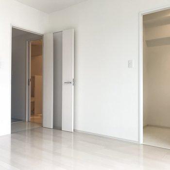 右側がキッチンエリア。コンパクトだけど冷蔵庫も置けちゃいます。