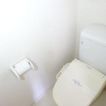 トイレはもちろんウォシュレット完備。※写真は別室です
