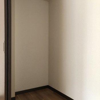 【1階居間】収納の奥行きはこのくらい ※写真は一部通電前のものです
