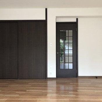 【1階居間】収納スペースもあります ※写真は一部通電前のものです