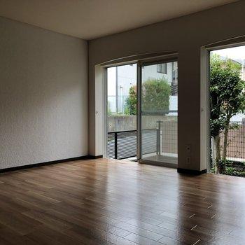 【1階居間】窓が大きい〜光が差し込みます ※写真は一部通電前のものです