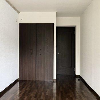【左洋室5.7帖】収納スペースも確保 ※写真は一部通電前のものです