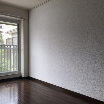 【左洋室5.7帖】白とブラウンの色合い◎ ※写真は一部通電前のものです