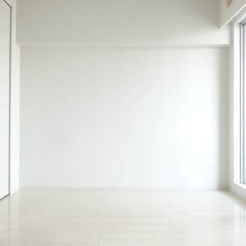 たっぷりの光で更に白く。こちら側にベッドを置いたらすっきり目覚められそう。※写真は別室反転です