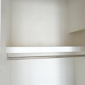上にも棚がついていて、高さもしっかりあるのでBOX類を重ねてしまっても良さそう。※写真は別室反転です
