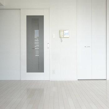 シンプルモダンなインテリアが似合いそうな空間です。※写真は別室反転です