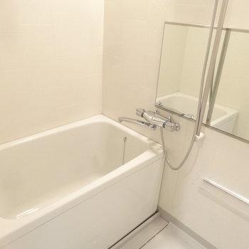 浴室もゆったりめなのが嬉しい。※写真は別室反転です