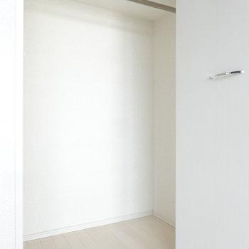 クローゼットの奥行きはたっぷりあります。※写真は別室反転です