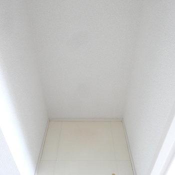 冷蔵庫置場は背面にありますよ。※写真は別室反転です
