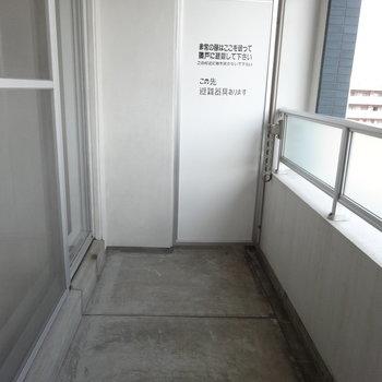 バルコニーも程よい広さがあります。※写真は別室反転です