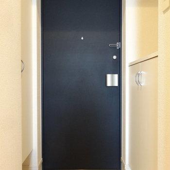 玄関はシューズボックスも完備されています。両側にあるのでたくさんの靴が入れられますよ。※写真は別室反転です
