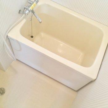 浴槽は深さがありますよ◎