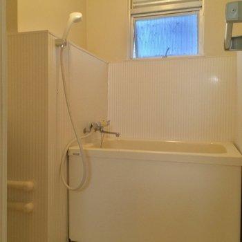 バスルームは小窓付き!