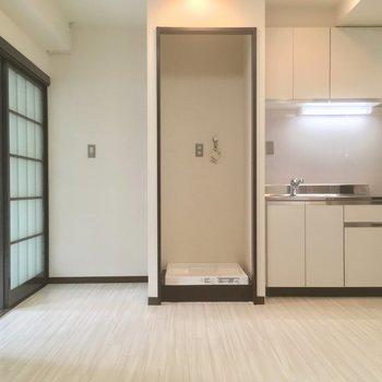 キッチンの横には洗濯機置場、冷蔵庫スペースです