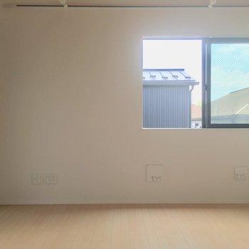 正面から。居室はシンプルに※電気がつく前の写真です