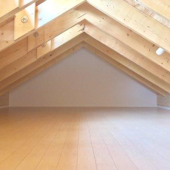 まずはロフトから。天井は低めですが、広さは◎※電気がつく前の写真です