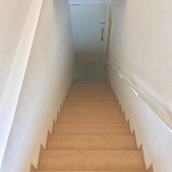 玄関へは、階段を降りて行きましょう※電気がつく前の写真です