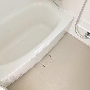 バスルームは浴槽がとにかく豪華!※電気がつく前の写真です