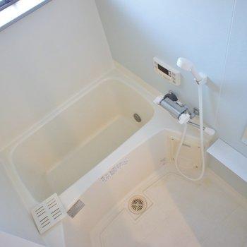 お風呂は小窓に追い焚き付