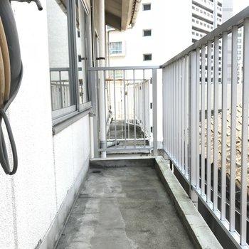こちらは玄関横の勝手口からのバルコニー。