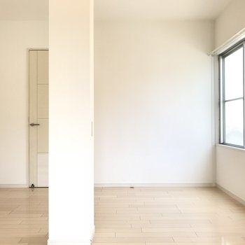 まずは間取り図右上のお部屋です。2面採光ですよ!