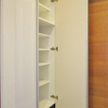 シューズボックスはたっぷり収納。※写真は類似間取り別部屋のものです。