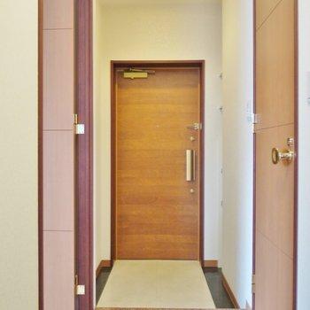 玄関はこんなかんじ。※写真は類似間取り別部屋のものです。