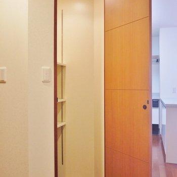 廊下の収納①※写真は類似間取り別部屋のものです。