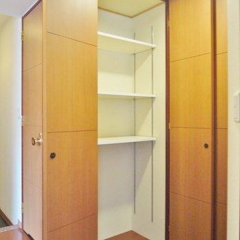 廊下の収納②※写真は類似間取り別部屋のものです。