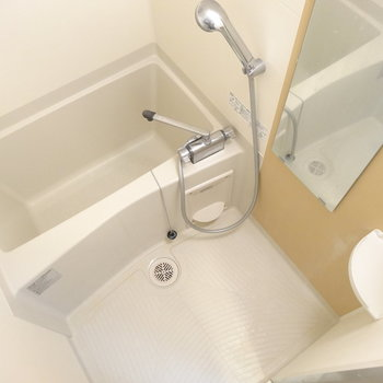 お風呂はややせまめ※写真は同間取り別部屋のものです。