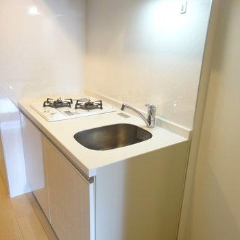 キッチンはコンパクトながら2口ガスシステムキッチン!※写真は同間取り別部屋のものです。