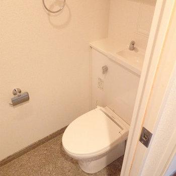 トイレはタンクレスタイプ※写真は同間取り別部屋のものです。