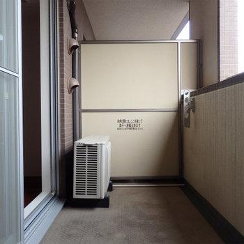 幅の広いバルコニー※写真は同間取り別部屋のものです。