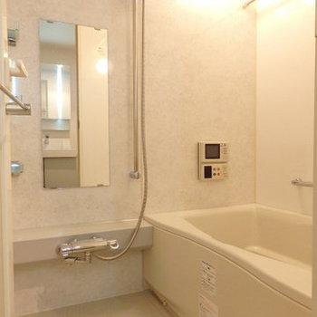 お風呂にはテレビが付いていますね※写真は同間取り別部屋のものです。