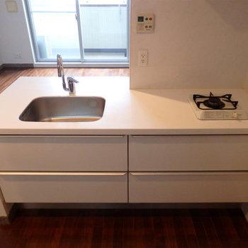 オシャレなデザインキッチン。なぜか1口!※写真は同間取り別部屋のものです。