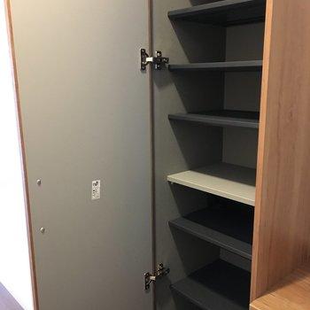 靴箱はここに上から下までしっかりあって…
