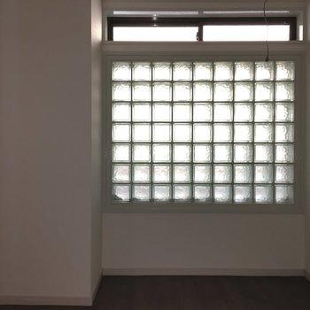すりガラスの窓が。この窓は開かない。上の薄い部分が開けられます。