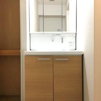 洗面台と、左には結構大きい収納!タオル等はここに。