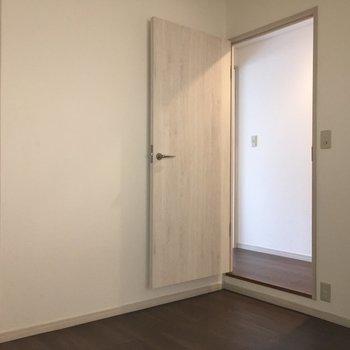 このお部屋の入口はドア。