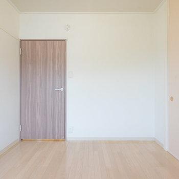 落ち着いたドアの色。