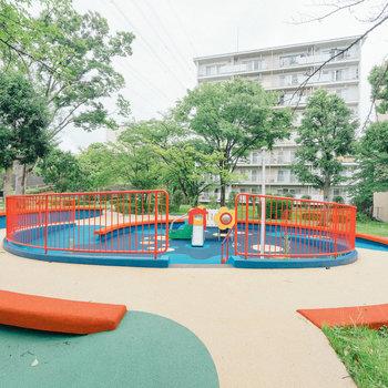 遊具もきちんと整備されてます。団地内に保育園もありますよ。