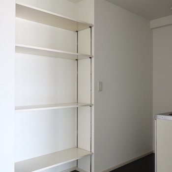 オープンシェルフには自慢のワインコレクションとか並べたい♩※写真は11階の同間取り別部屋のものです